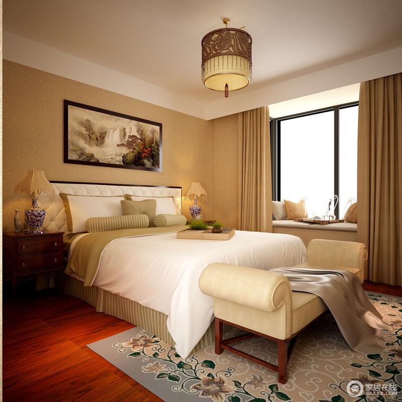 卧室以驼色为墙面着色,与窗帘统一了色彩,从而更显和暖温馨;飘窗设计得简单而显格调,实木床头柜和青花瓷台灯的复古裹挟着华丽;白色床品和米色床尾凳因为蓝色花卉地毯摇曳着田园与多趣。