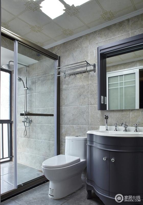 卫生间干净、整洁、大气,玻璃隔断很明确的区分了干湿区,解决了小空间打理上的麻烦;落地窗让空间光线充足,使整个空间一下子亮了起来,黑色盥洗柜搭配镜子,更显得体。