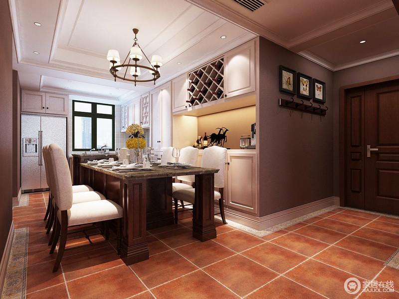 地板上的复古色调,氤氲出舒适的淳朴气息;餐桌以厚重的雕花木拼接花色理石台面,乳白色靠背坐垫餐椅则轻盈搭配,色调呼应了入墙式酒柜;高级灰的局部墙面运用,令空间多了几分沉雅质感。