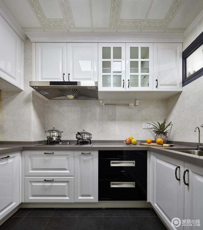 厨房铺贴了浅灰色的装饰,搭配白色橱柜,白色与灰色相辅相成,加上绿色蔬果的点缀使整个厨房活跃了起来;干净整洁的厨房,自由放松和优雅舒适可能是对这个空间概念最好的诠释。