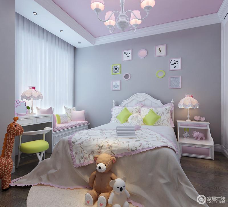 儿童房以灰色为背景,搭配粉色吊顶和白色窗帘,面妆感的设计,更为素净和甜美;俏皮童趣的简画搭配白色色儿童家具、卡通玩偶,营造了一个梦幻、童真、舒适的空间。