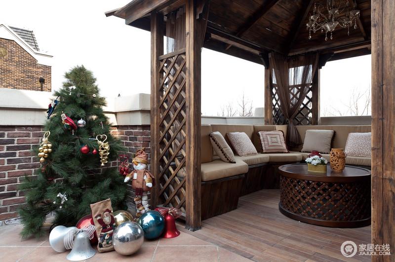 别墅阳台的空间很大,在这里设计了一个亭子,以供休闲娱乐之用,实木隔断与沙发构成舒适与温馨,还呼吸着户外空气。