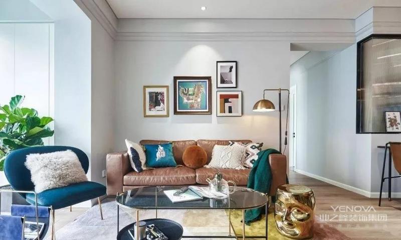 客厅内的茶几、椅子的细节处都加入了金属元素,再加上棕色的皮质沙发、金属质感的落地灯等等,营造出一个复古文艺的轻奢氛围。