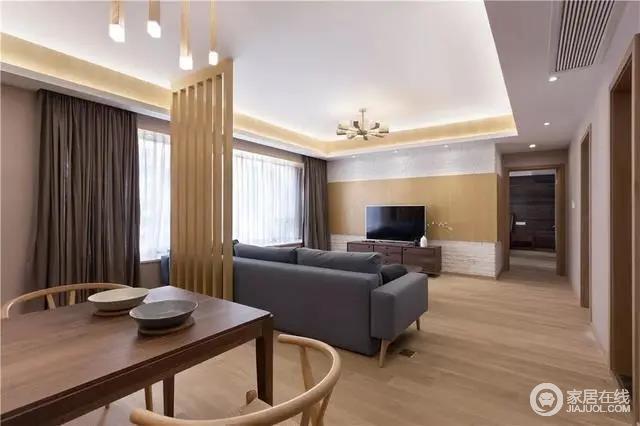 整体客餐厅空间简洁大方,原木地板和一扇木隔断与背景墙呼应自然温实;电视柜上黑白配的花瓶布置,也让空间显得格外的禅意雅致。