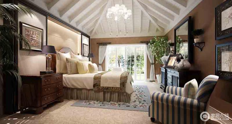 卧室的锥形吊顶基础上,实木结构组合更是凸显了空间的立体美学,与整个中性色的空间气息,融合出了空间的朴质;美式实木家具和台灯对称在木床两侧,和谐得体,与对侧墙面上的挂画、壁灯和美式风的软装,调和出了温馨和恬淡。