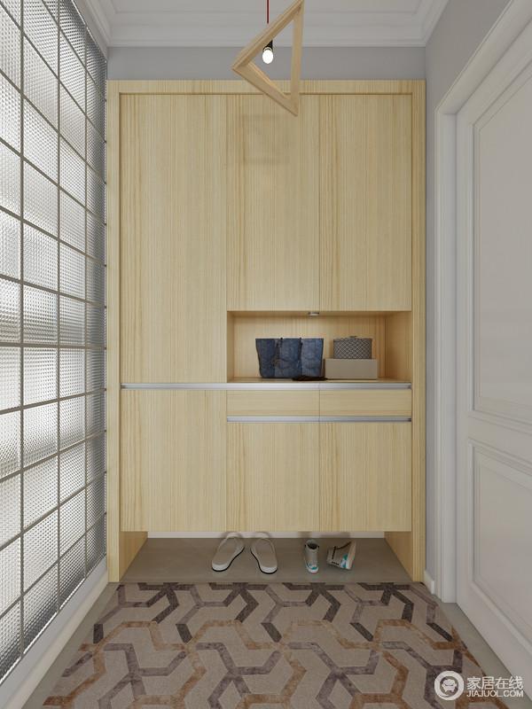 门厅的主色调以灰色,木色为主,使门厅空间清新自然,干净舒适!一组拥有丰富收纳功能的门厅柜解决了整个空间入户收纳的问题,柜体底部的懒人屉可以收纳鞋子,柜子中央可以摆放包包和装饰品,钥匙等都可以存放在这里。