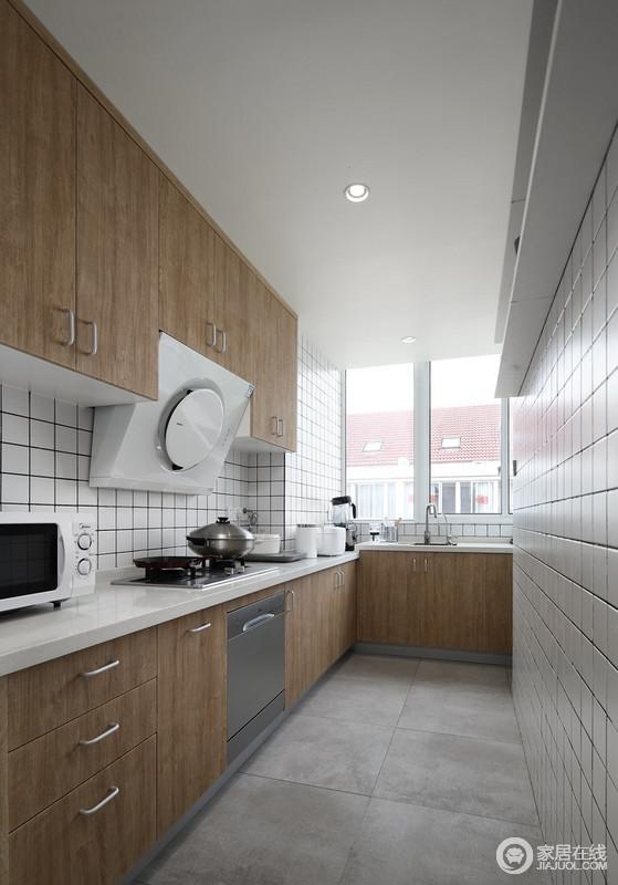 厨房依旧统一整体空间配色,小方砖简约而不简单,表现了黑白线条的几何利落,橱柜为原木定制,沉稳朴质,给予生活自然的味道。