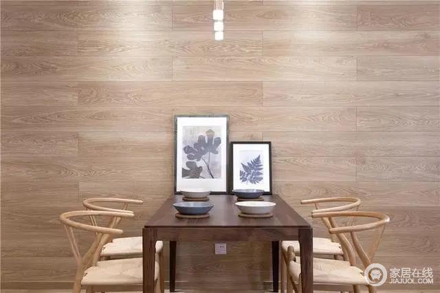 餐厅的墙面是木纹砖上墙的设计,布置上端庄雅致,温润朴质;餐桌上儒雅的画作,与餐具摆设,搭配半圆餐椅,让空间显得更加雅致、别趣。