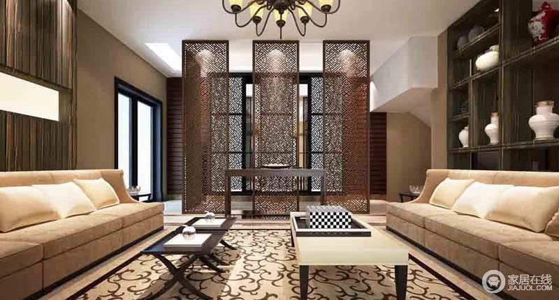 客厅方正大气,三个中式屏风隔断既有利于空间风水,又做到了空间美化的作用;现代风的沙发对称放置,并与黑白组合的茶几搭配出了现代经典之美,而博古柜上的一器一物,奠定了空间的中式底蕴,尤为温和而别致。