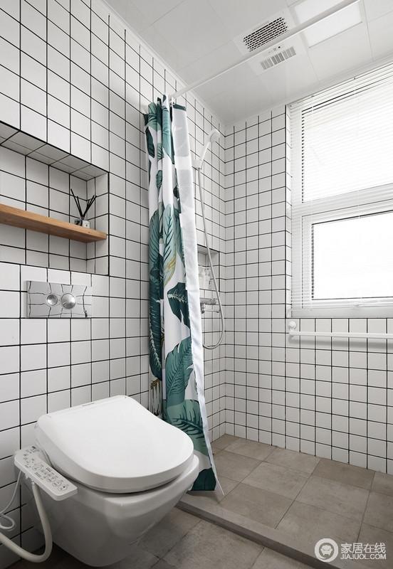 卫生间墙面设计师采用了嵌入式设计手法,在不占据立面空间的情况下将实用性发挥到极致;白色小方砖搭配绿叶浴帘,让生活多了份北欧小清新。