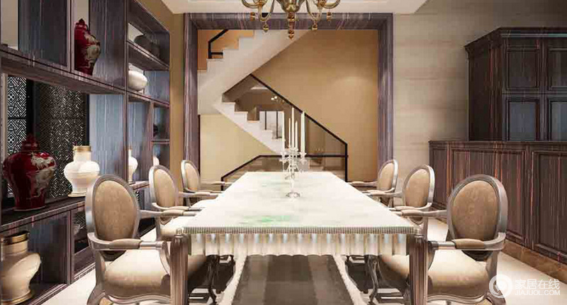 餐厅开放式设计,将门厅外的楼梯结构也融入到了视野范围,曲线的结构造就了立体美学;中式博古柜既是隔断,也起到了收纳美学的作用,赋予空间东方底蕴,而欧式餐桌椅组合搭配黄铜吊灯,与空间裹挟出了欧式奢华,中西结合,更显富贵。
