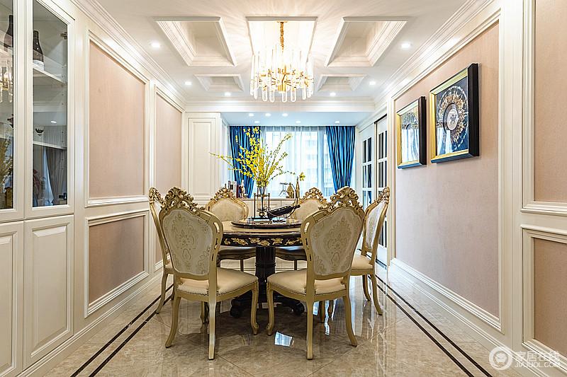 餐厅结构方正,赤黄色的墙面因为石膏线的设计多了几何效果,搭配立体的几何吊顶,让家充满几何大气,而水晶灯与欧式家具组合,足显大气。