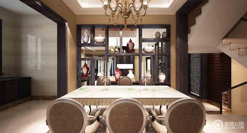 餐厅以几何置物柜来分隔空间,并以镂空的形式,让器物之美装饰出空间的中式格调;欧式黄铜吊灯和座椅颇显尊贵,让这个开放式的空间足够底蕴深厚,静谧而复古。