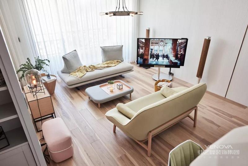 北欧风格家居设计,简洁、干练,让家中呈现一种自然的舒适、干净之美。木质地板,白色波点的墙面,餐桌椅就像那故意做旧处理的木质长桌,一股浓浓的老式北欧范,陪着白色的蜡烛,更显明朗与温馨。  白色的塑料餐椅与原木色的餐桌搭配,现代与自然元素想结合,温暖的色调一致搭配。让整个餐厅温暖起来。