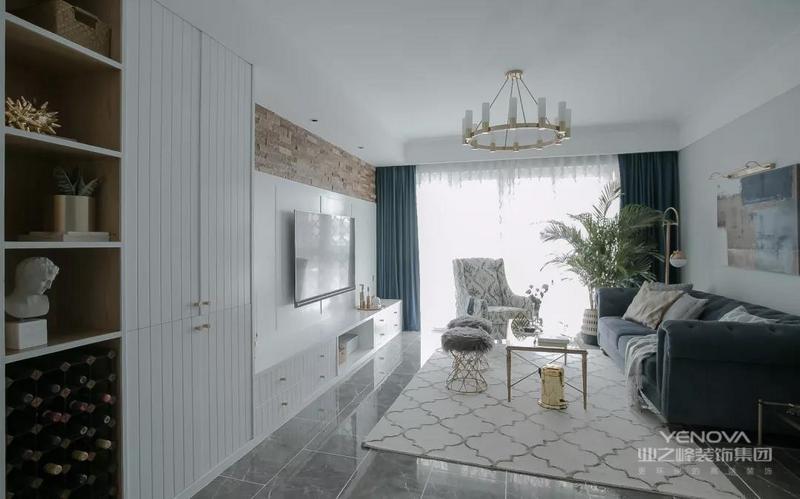 客厅地面采用了做旧质感的大理石瓷砖,色调柔和纹路典雅的地毯,中和地面材质带来的冰冷感。浅灰色的沙发背景墙奠定静谧平和的基调,黛蓝色的主沙发搭配情调休闲椅,以及两个轻质的绒毛圆凳,层次感立显,画面饱满而不繁杂。