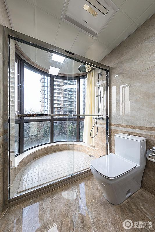 卫生间以干湿分离的设计让日常生活更为简洁和利落,原本椭圆形的结构增加了玻璃门,打造了一个通透而大气的空间;米色系的砖石以拼接的设计让空间足够大气,光釉面更是提亮了空间。