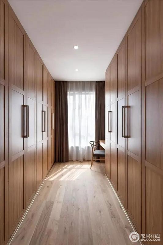 衣帽间两侧定制得实木衣柜,解决了女主人的收纳需求,驼色和白色窗帘搭配,使得空间规整而大气;靠窗梳妆台的位置,更是为主人提供了一个独立享受精致生活的空间。