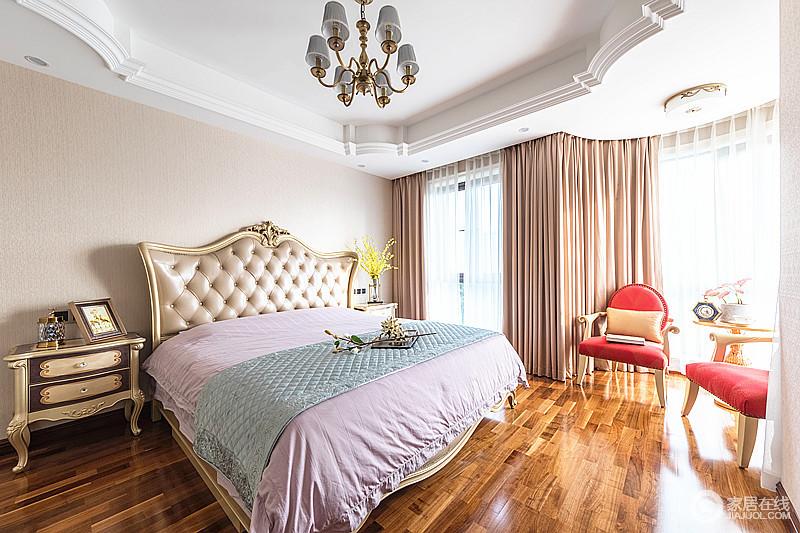 卧室的石膏造型吊顶搭配欧式皮包床头,赋予空间巴洛克之韵,米色墙面搭配粉色窗帘为空间带来色彩柔和,金属材质的家具组合让家多了奢华和复古,满是温馨。
