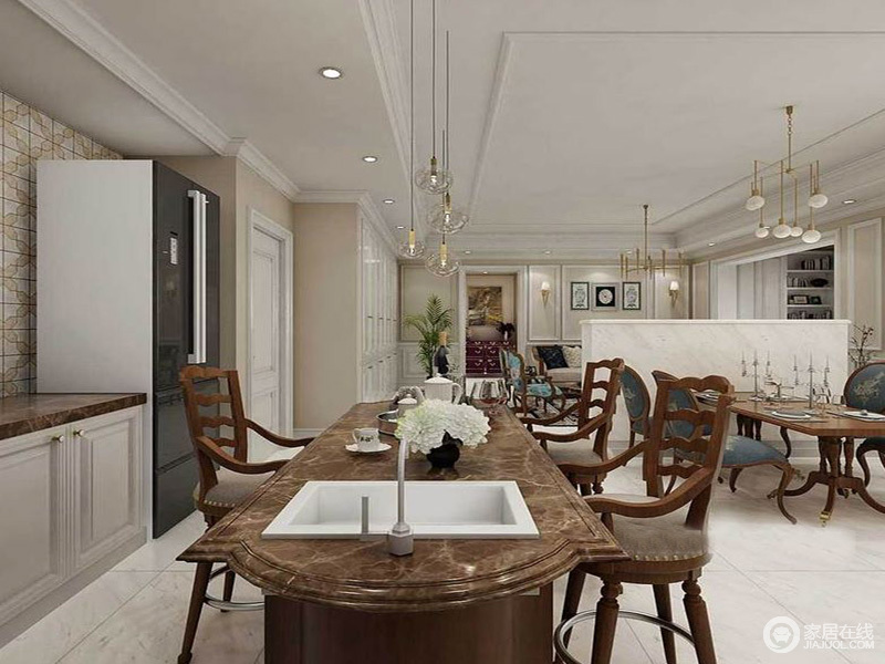 餐厨空间开放式设计自得自在,并以动线强调空间区域性;设计师将棕褐色岛台作多功能设计,既是吧台也是洗菜区,并与白色橱柜的台面呼应,让美式合适吧凳提升整个空间的稳重气息。