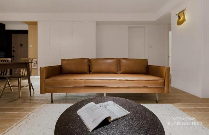 统一纯粹的色调显得空间宽敞明亮。皮质的沙发适用于有小孩的家庭,方便打扫,经久耐用。
