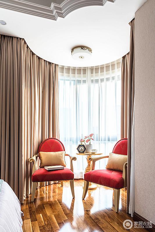 卧室的阳台因为半圆形的结构更为柔和,曲线的设计不影响空间的采光,白色纱幔搭配窗帘,并在红色皮椅的点缀中,跃动出复古时尚。
