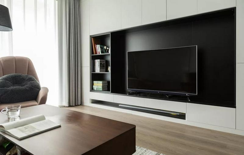 整面高柜电视墙和开放式书架的设计,充分满足收纳需求,经典黑白的搭配简约而时尚。