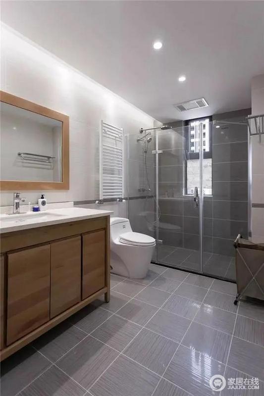 主卫在灰色墙地面砖基础上,搭配玻璃淋浴房,以干湿分区的设计,令生活更便捷;木色定制浴室柜以功能性使用,整个空间格外现代实用。