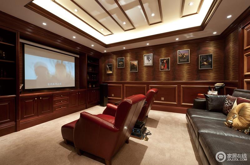 影音室正放映着电影,褐色板材围筑的背景墙既沉稳又让空间不失色彩,与驼色地毯让空间具有层次感,红色与黑色单人沙发质感精良又舒适,让观影体验更好。