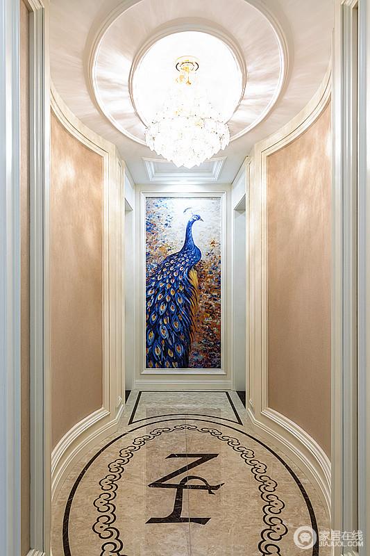 走廊粉刷了淡黄色的涂料搭配木框结构,塑造了空间的面妆感设计,颇为利落规整;蓝色孔雀的挂画搭配水晶灯,让空间多了生姿和色彩,为生活带来不一样的活力。