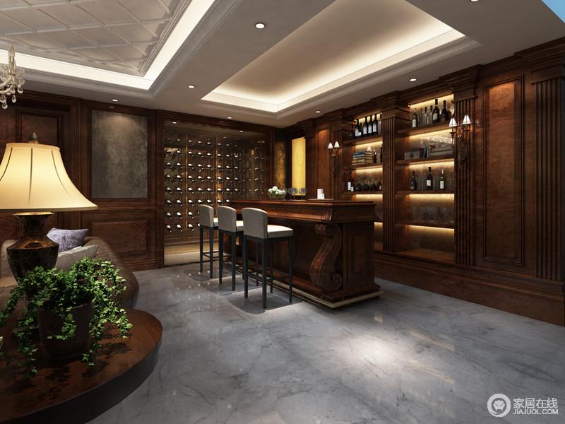 木质的吧台充满了造型感,酒柜架带着厚重雅致的气息占据了大面积的空间,所有的酒器优雅地被规整的放置在架上。倒是灰面的高脚椅为稍显沉重的空间带来一丝轻松调皮感。
