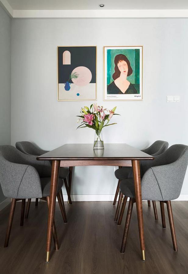 木质餐桌温润而富有质感,搭配灰色布艺坐垫椅,呈现出别致优雅的气质。