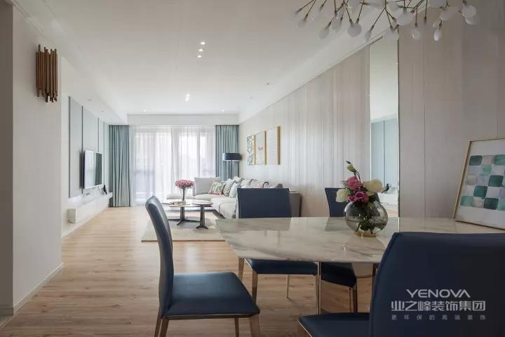 这款127平现代风案例,主人和大多数的年轻人一样,喜欢简单、舒适、无拘无束的生活空间。而这些完全可以从效果上呈现出来,超大空间,只摆放基本家具,没有多余的饰品,和复杂的设计,一切从简,营造出清新、轻松、极为上档次的居室。
