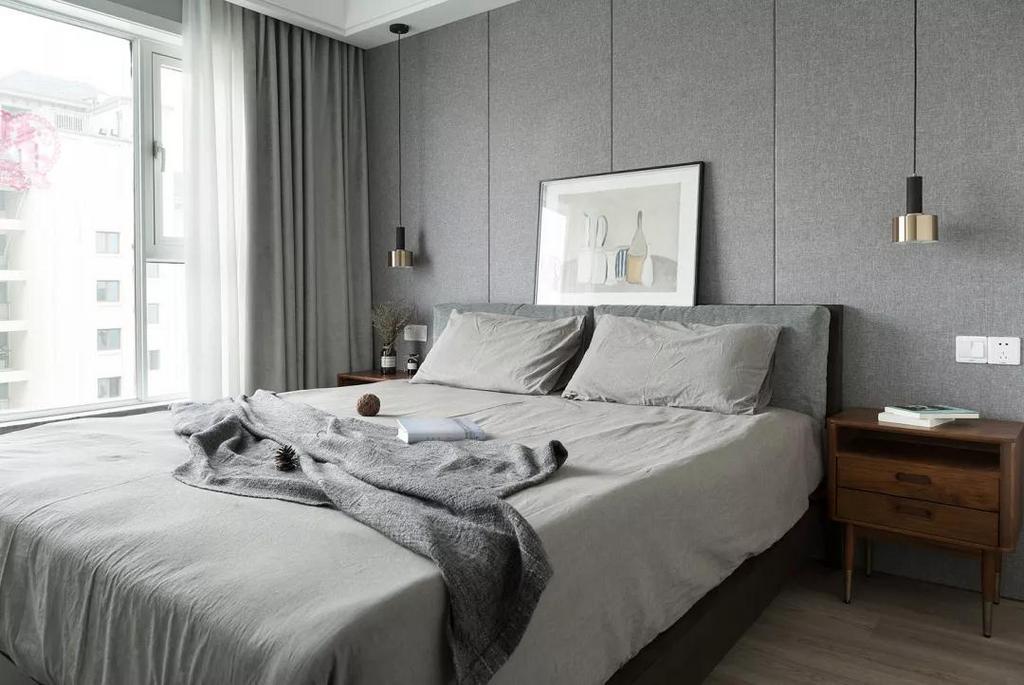 床头的黄铜吊灯提升空间精致感,加以复古艺术画的装点,气质优雅又有格调。