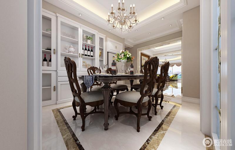 餐厅以浅驼色墙面结合入墙白色酒柜,清雅的色彩愈发显得餐桌椅的棕色浓郁沉厚;桌上晶莹剔透的玻璃器皿和花瓶,为餐桌点缀出时尚气质;水晶烛光灯华美又光影璀璨,与天花上的灯带使空间布光均匀,空间落落大方中有着浪漫感。