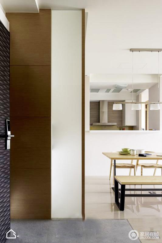 玄关设计得十分简单,因为空间有限,所以,实木和磨砂玻璃的储物柜,不影响整体的实用和采光,简单实用变是生活的本质。
