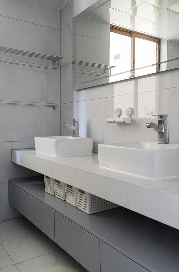 卫生间以简约的灰白色为基调,大理石的自然纹理流畅而富有艺术感,整体搭配简洁优雅。