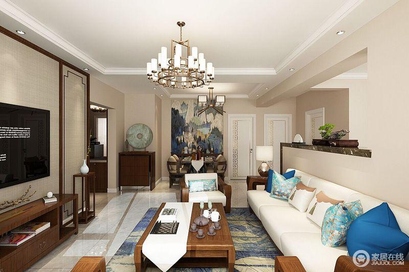 客厅以浅驼色为色,让整个空间格外温和,从入口的大幅挂画到地毯的蓝色点缀,令空间不乏优雅;新中式实木边柜组合等巧妙地坐落在空间,实用之余,让空间更为饱满,蓝色靠垫的陪衬,让生活更为舒适。