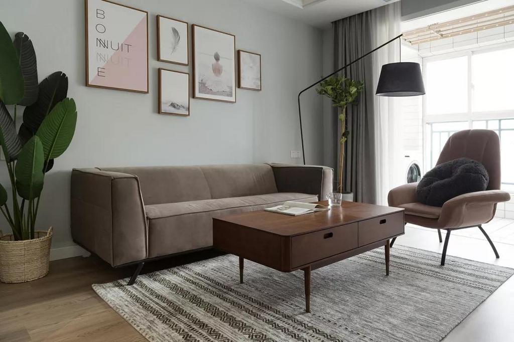 浅灰蓝的沙发墙营造柔和的空间氛围,简约组合挂画融入粉色系元素,与空间色调相互呼应,清新又浪漫。