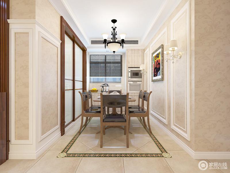餐厅以墙面来强调空间区域,设计师特地将墙体铺贴了米色壁纸并借石膏线来强化几何感,与地面框出来的砖线呼应,愈加规整;推拉门就其余厨房区分,并搭配胡桃色家具,成就空间的美式稳重。