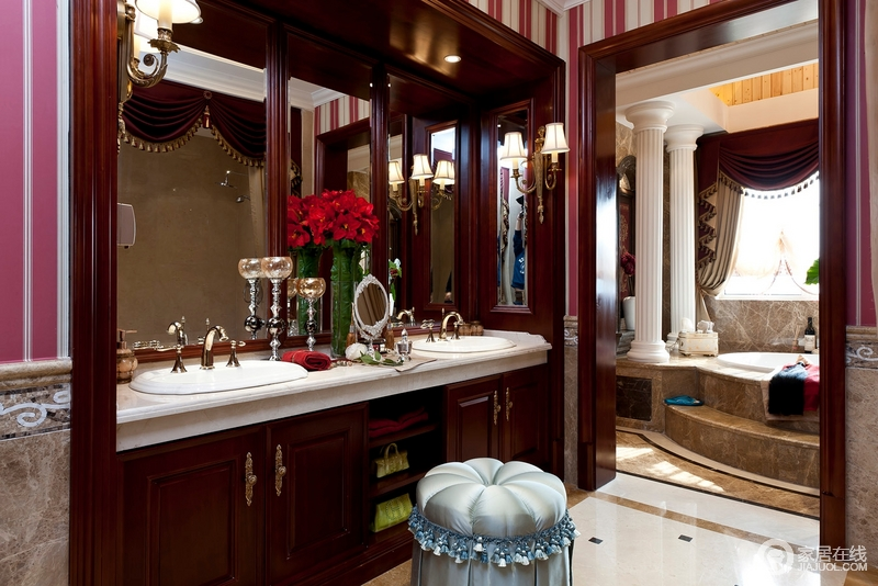 洗手间有大镜子和小镜子,通过镜饰来提亮空间的质感;盥洗区的分区设计足以让生活利落,欧式壁灯的精奢与圆柱浴室区张扬巴洛克之美。