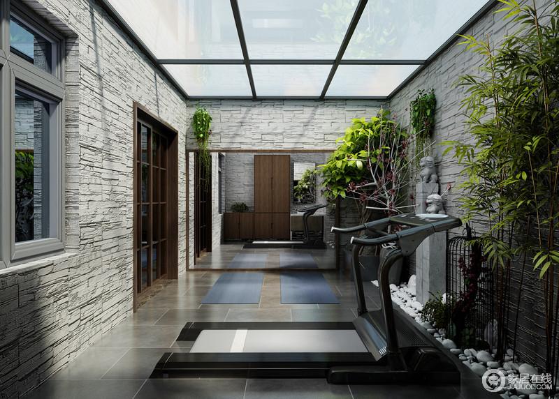 封闭式的大露台弱化了强光,使阳光光线柔和自然。灰色的砖墙结构在庭院绿植的渲染下,自有清新天然情调溢出。同样与健身器材搭配,在享受自然的同时保持健康的生活状态。
