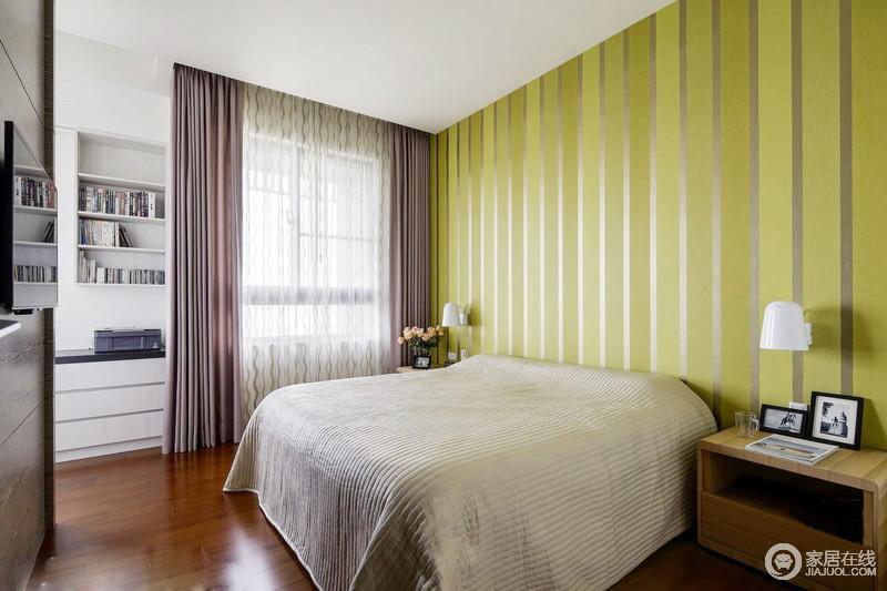 卧室设计的很有心机,将墙面隔出了书架,发挥了墙面的储物功能;绿色条纹背景墙为空间带来清新,缓解了灰色床品和原木家具带来的沉闷,柔粉色的窗帘增添了温馨。