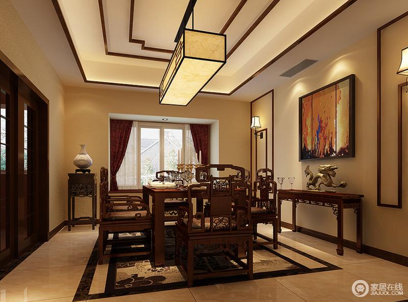墙面漆刷成温馨的暖黄色,在宫灯的昏黄光线下,精工雕琢的镂空雕花愈发显得餐桌椅的厚重感,边几、花架上的摆件,无一不彰显出主人尊贵的身份和极具文化内涵的品味。