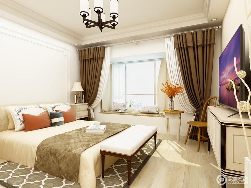 卧室的背景墙以白色石膏打造得几何墙表达简单之美,与灰褐色菱形地毯构成不一样的几何美学;而米色系的床品搭配棕褐色毛毯和橙红色靠垫缓解了褐色窗帘的沉重,飘窗的简洁轻快与美式家具镌刻出精致,却满载温馨大气。