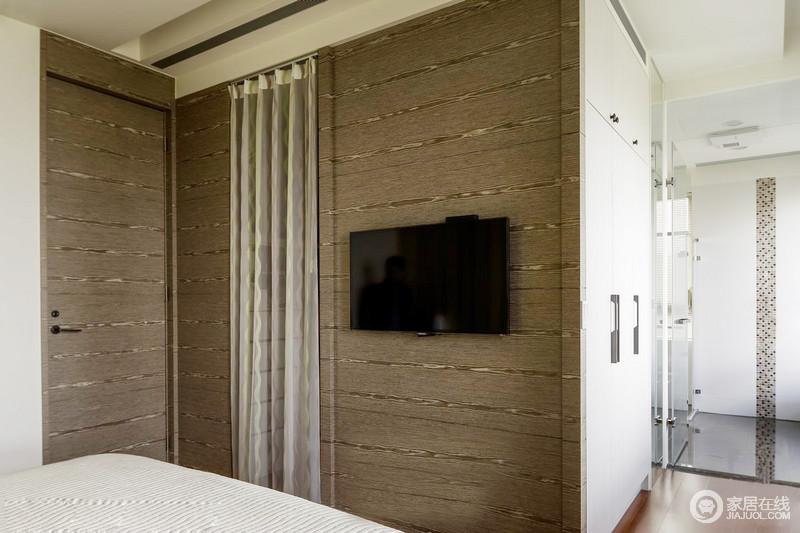 卧室与卫生间仅玻璃之隔,而卧室内以白色搭配原木的方式让衣柜更为朴质实用,内置的衣帽间功能强大,既不影响空间性,又满足主人的生活需求。