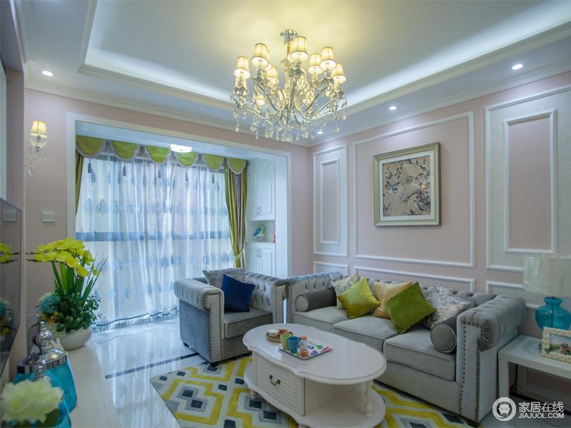 客厅品味高雅、造型结构简练大方,整体配套自然和谐