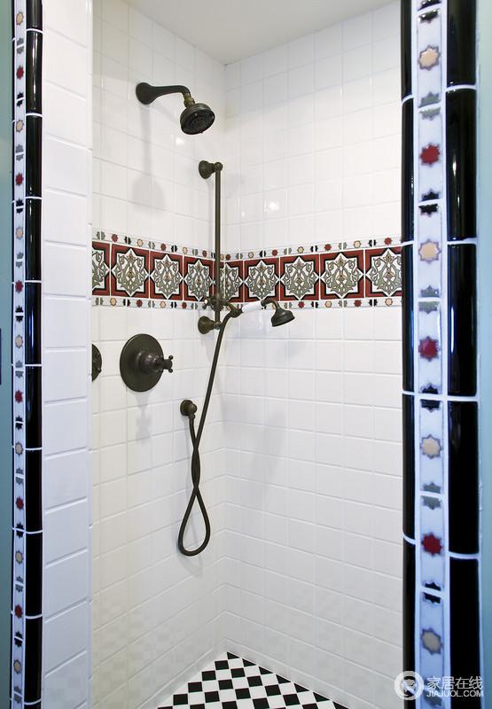 白色墙砖的浴室上有花纹,喷头和淋浴的设计十分独特,灯光柔和不刺激,非常好的浴室设计。