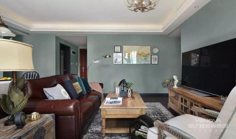 客厅深咖色皮质美式主沙发搭配软垫单椅与原木茶几,整屋的灯饰采用美式复古田园的格调