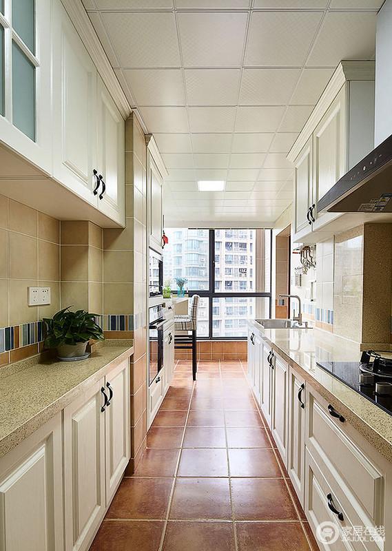 厨房开放的设计,与餐厅连为一体,让生活更为自在;棕褐色的地砖搭配米色系橱柜,打造了一个足够复古风的空间,却也足够实用。