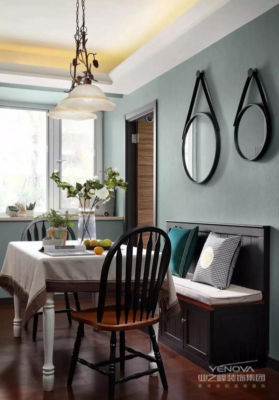 就餐区,灰色储物卡座搭配温莎餐椅,点缀千鸟格靠枕